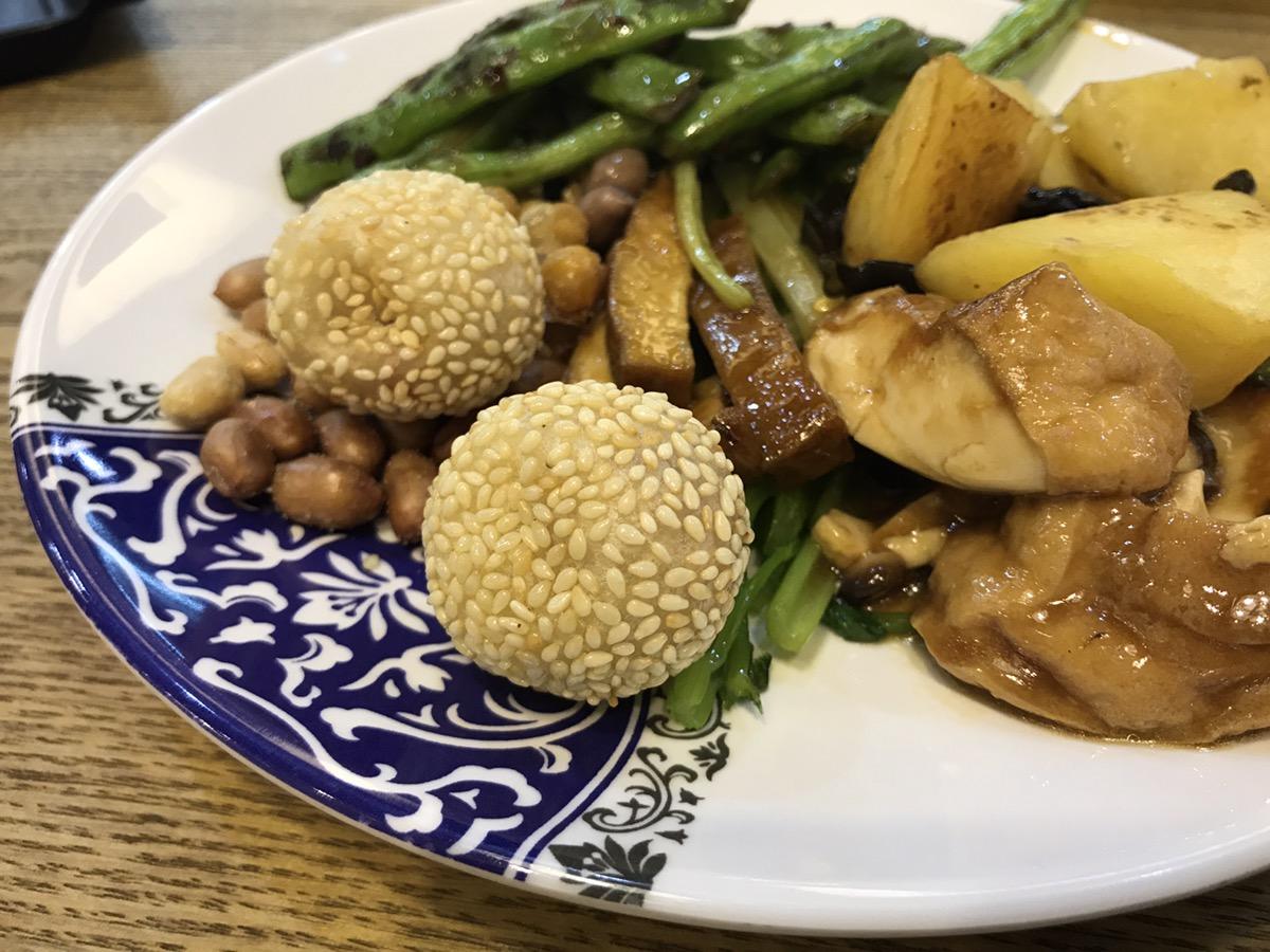 去楼下新开的素食馆去尝试一下清淡的饮食 静下心来感受一下佛学