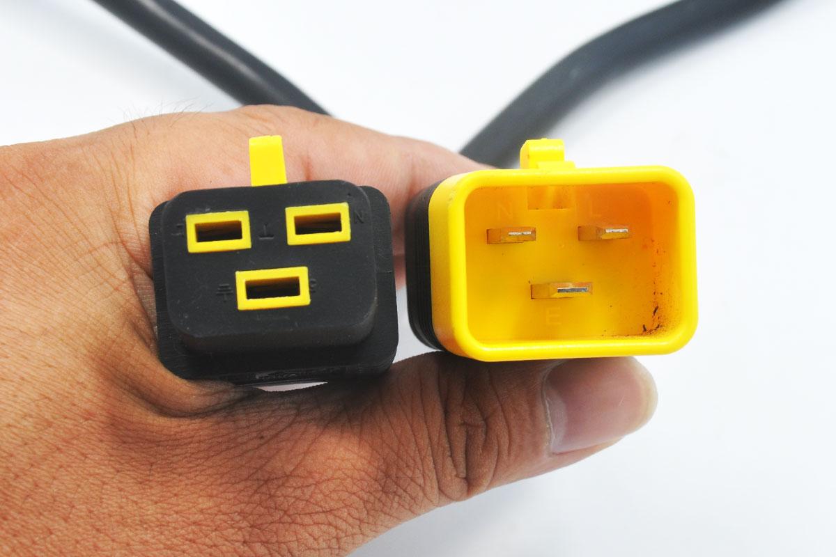 新到货几百条全新散装施耐德 APC电源线 可锁定型 C19至C20 1.2米长机柜线 AP8714S 14AWG